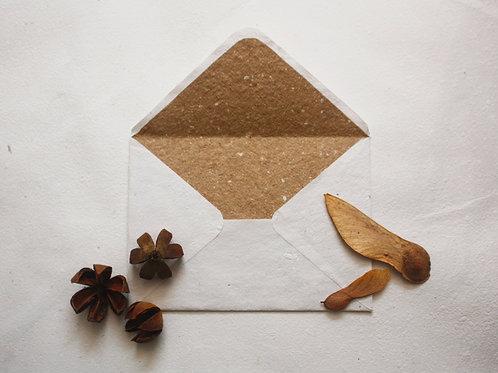 Envelope off white / A6 / forro kraft