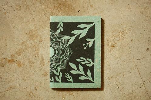 Caderno Mandala Sombras / A5 / Capa Verde / por Flora Schneider
