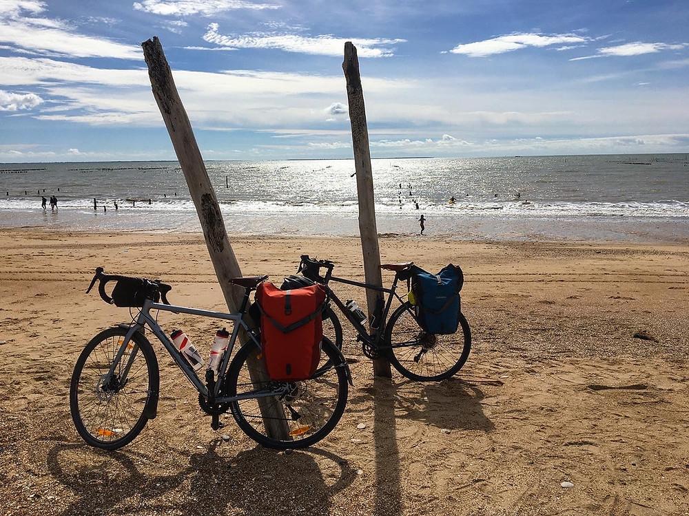 Vélo sur la plage de la Faute sur Mer pendant la Vélodyssée