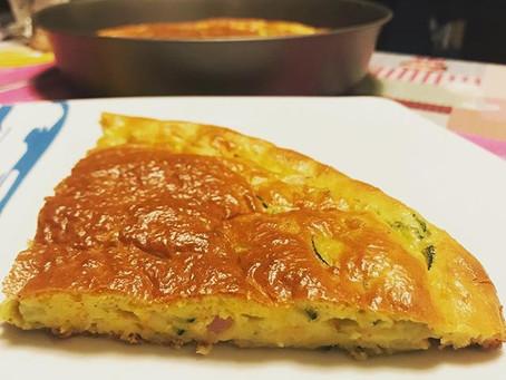 Torta salata soffice con zucchine, fiori di zucca e prosciutto cotto
