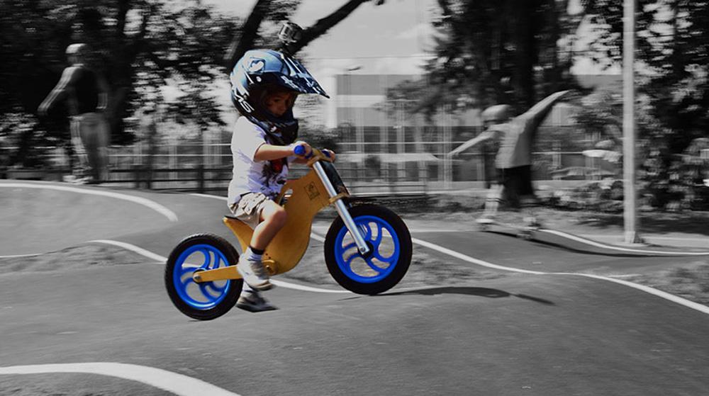 Bicicleta sem pedal BBike azul B&W