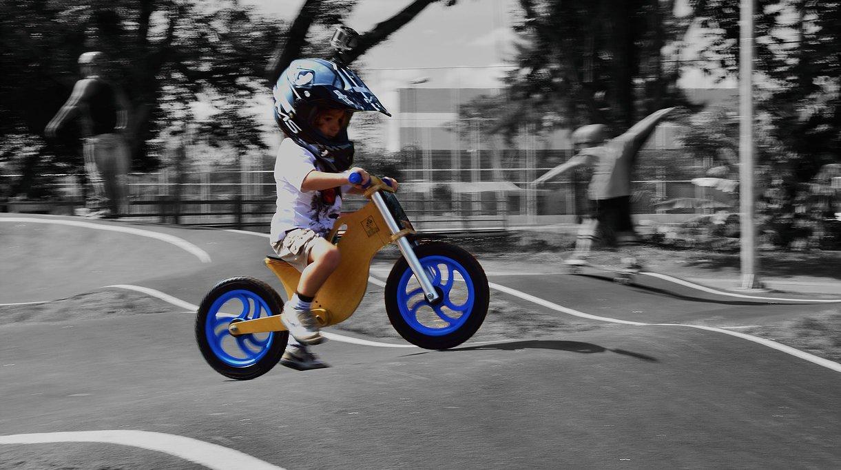 Bicicleta sem pedal azul