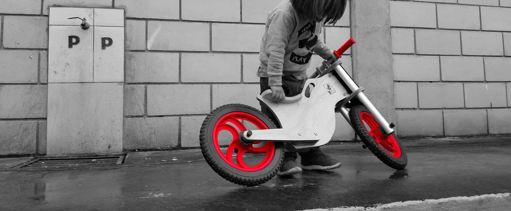 Bicicleta sem pedal vermelha