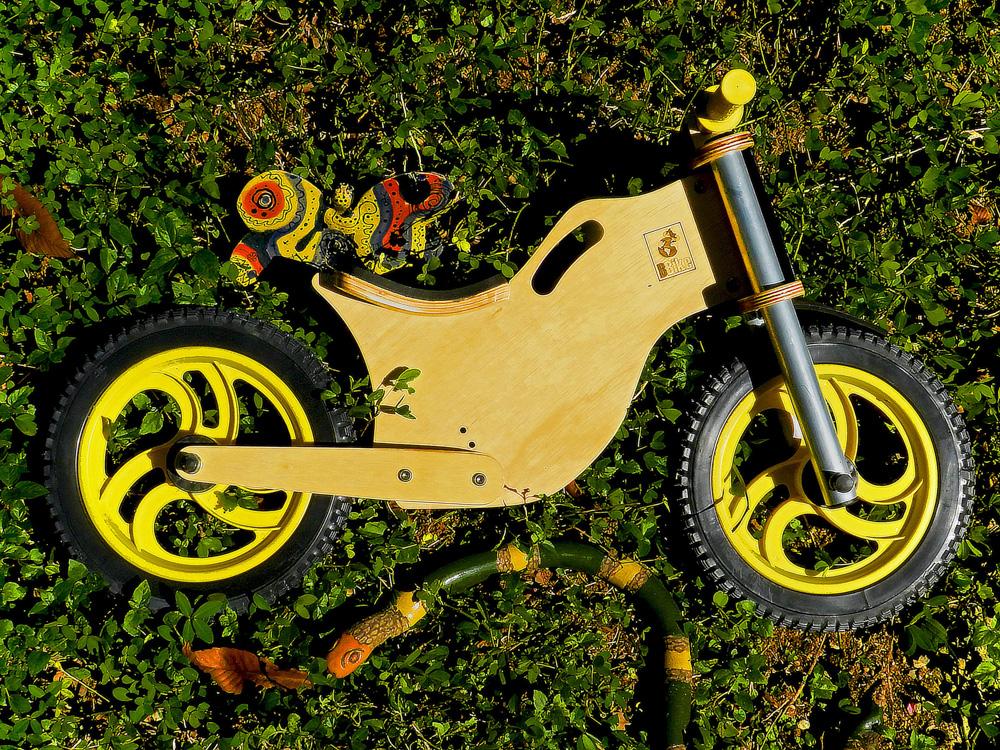 Bicicleta sem pedal infantil amarela
