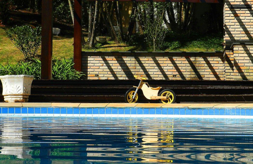 Bicicleta sem pedal amarela