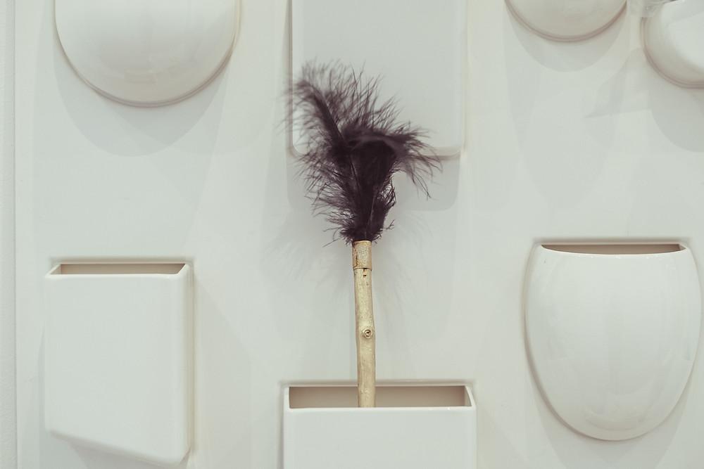 Güldener Zauberstab mit schwarzen Federn in Utensil