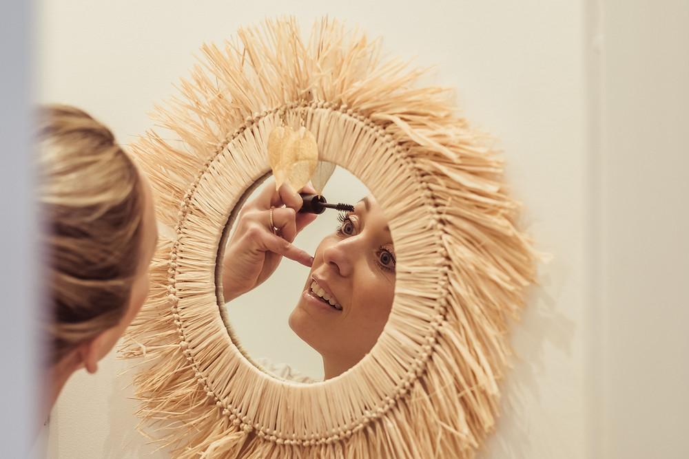 madamedamm vor einem Spiegel aus Stroh