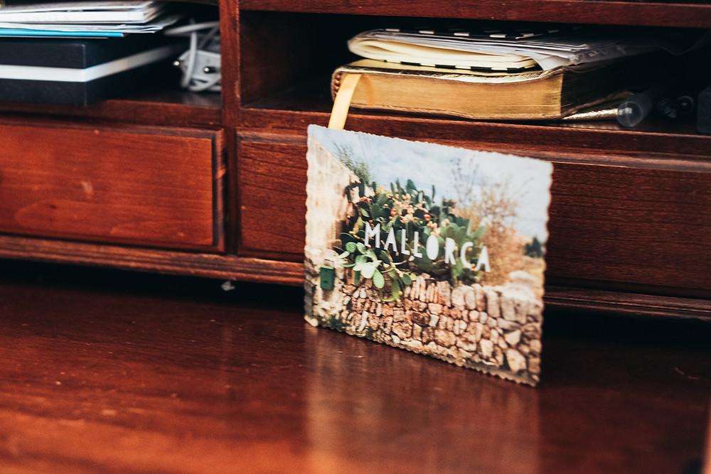 Postkarte Mallorca auf Schreibtisch