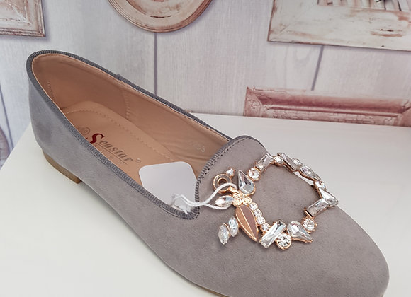 GREY PUMP WITH DECORATIVE DETAIL