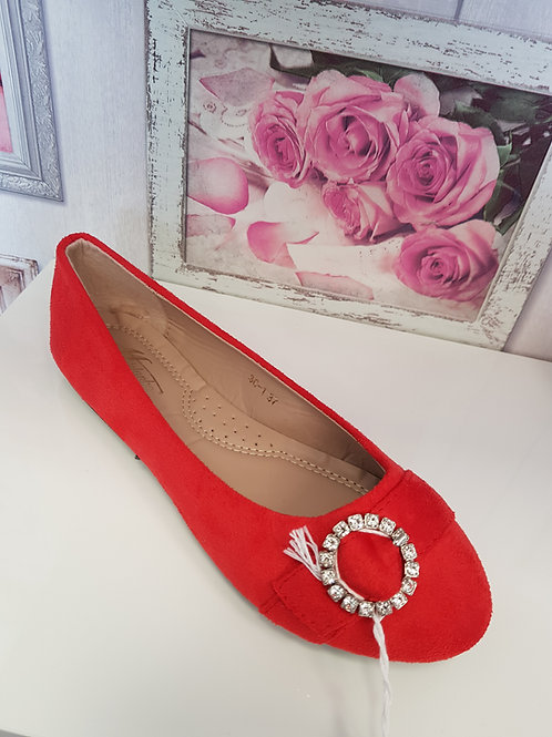 RED PUMP WITH DIAMANTE BROOCH