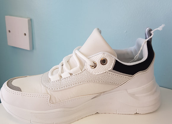 WHITE TRAINER WITH BLACK EDGE