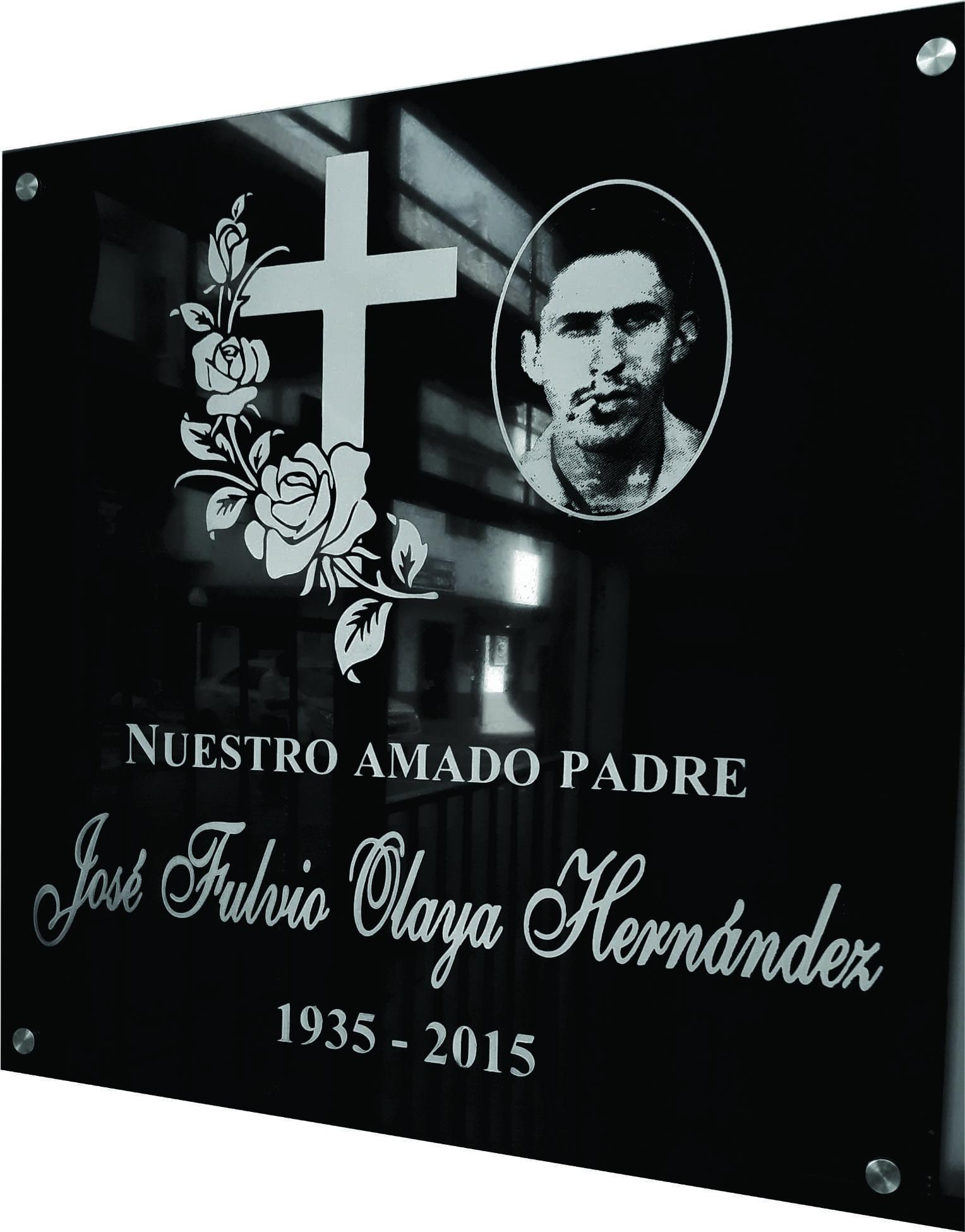 Placa homenaje póstumo con foto