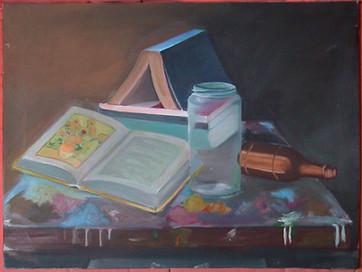 Bodegón de libros y tarro en mesa de pintor
