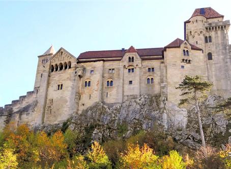 Замок Лихтенштейн в обрамлении осеннего Венского Леса