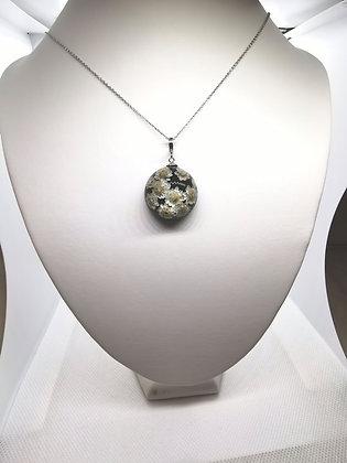 Halssmycke med små vita blommor (2,5cm+kort kedja)