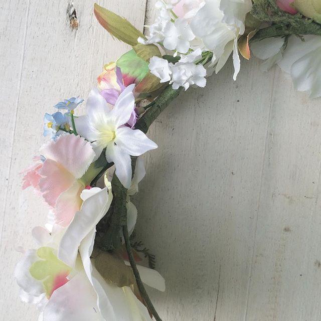 Crown of faux flowers 👼🏼🌸 #flowercrown #flowers #fauxflowers #fakeflowers #cute #bespoke #love #b