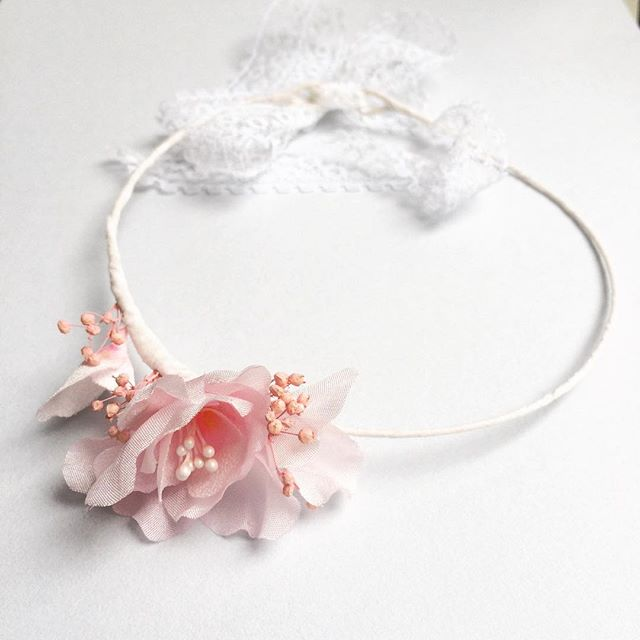 Silk handmade flowers for a newborn baby girl 🌸 #babygirl #flowercrown #newborn #love #cute