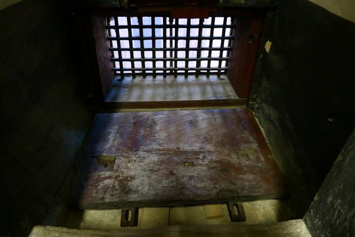 Hinter dem Weisungsfenster. Hier wurde früher der Simonsschrein sicher verwahrt.