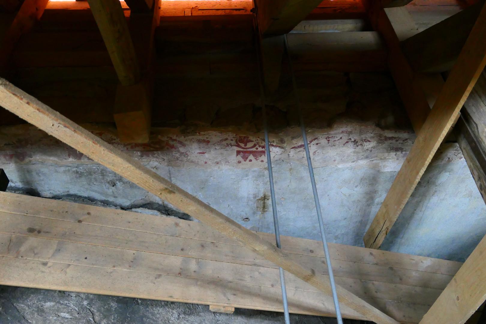 Über der Kirche unter dem Dach: Malerei-Relikte aus der romanischen Zeit