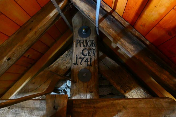 Über der Kirche unter dem Dach