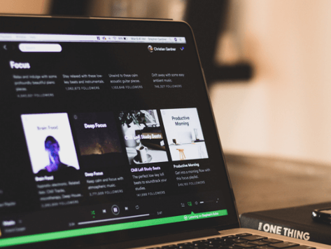 Girl confused how guy doesn't see her subtle Spotify hints that she's in love with him