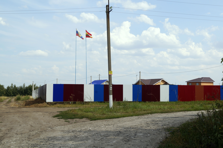 Установлен забор по границе территории