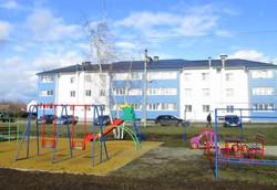 Детская площадка и многоквартирные дома