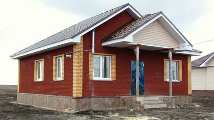 Одноэтажный дом из бархатного терракотов