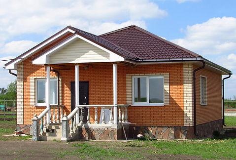 Одноэтажный дом с облицовкой под кирпич.
