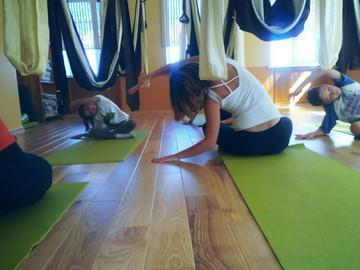 Детская и семейная йога в гамаках.
