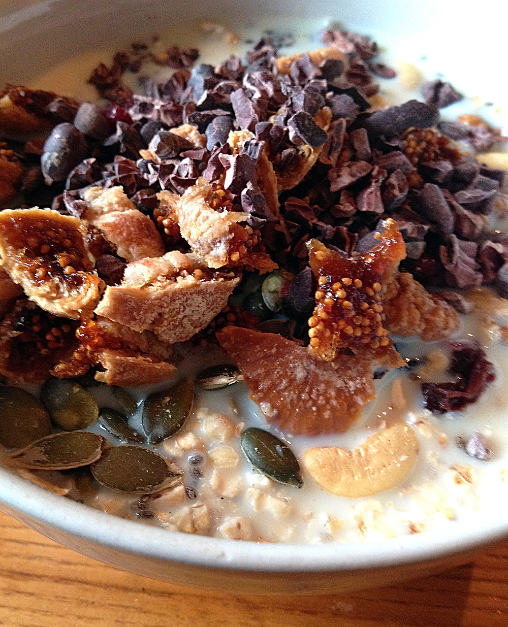 cacao nibs, dried figs, porridge, cashew nuts, dates, pumpkin seeds, cinnamon, vanilla