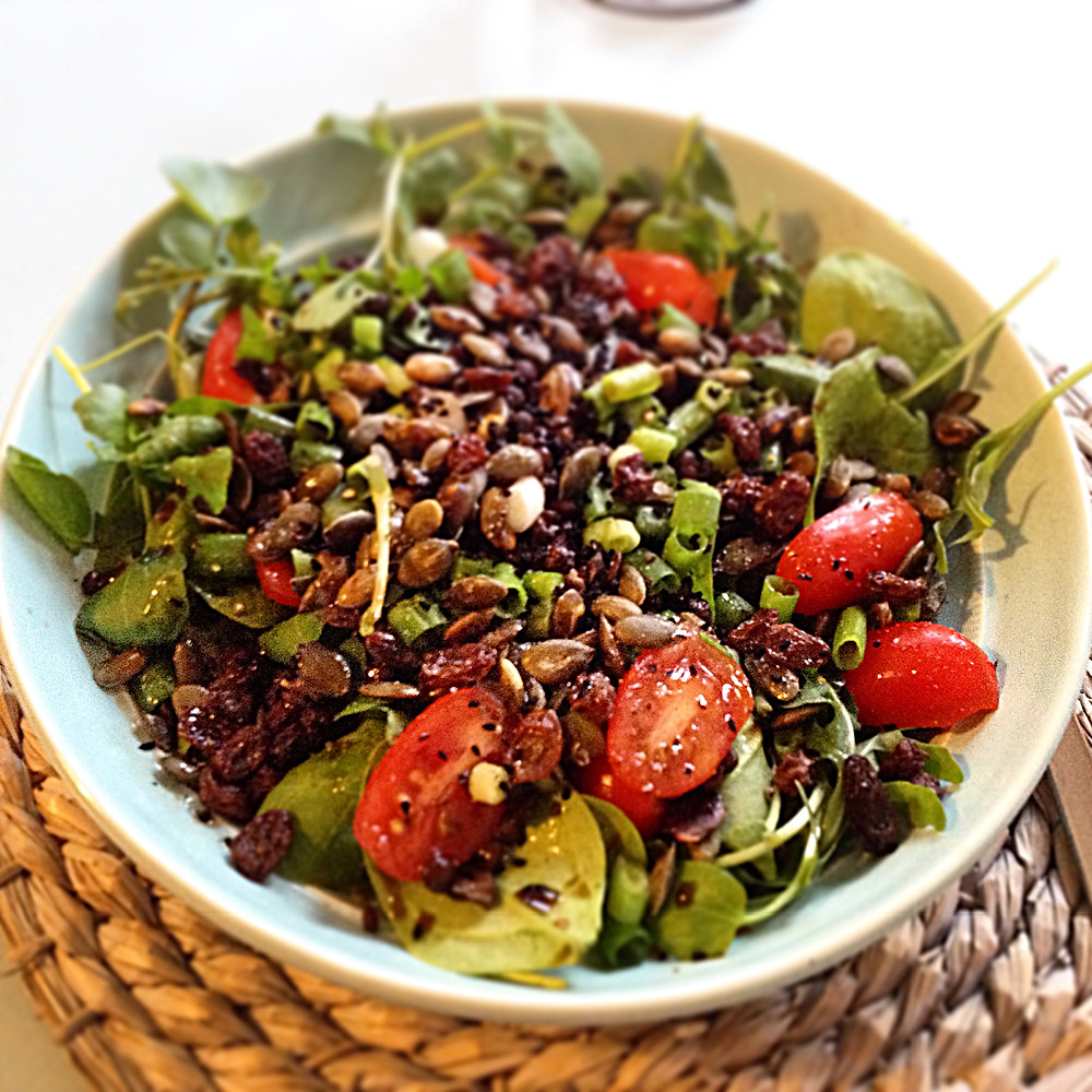 puy lentil and raisin salad with tomatoes, spinach and lamb's lettuce