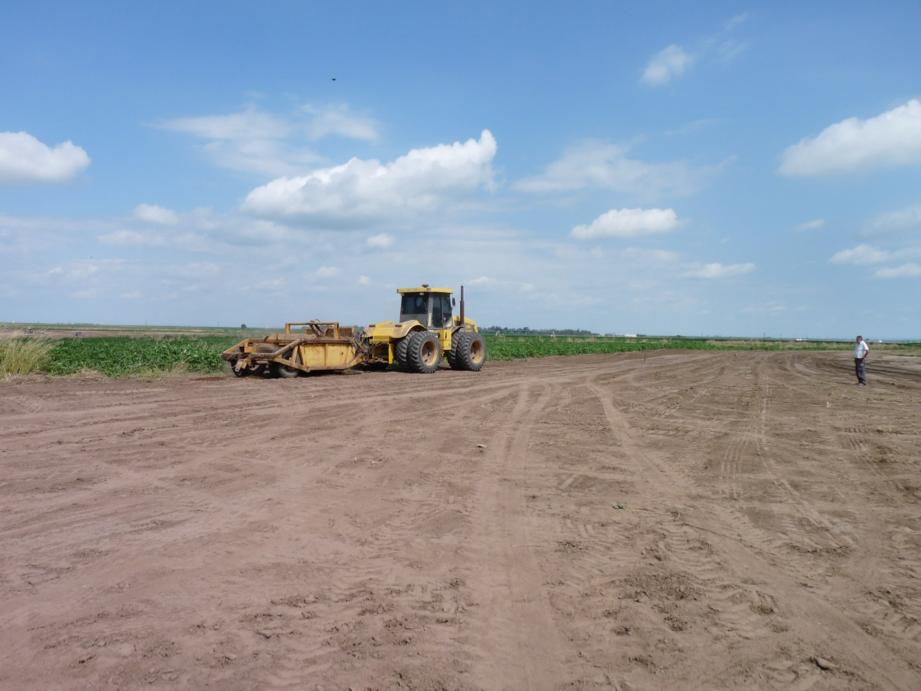 Pala de arrastre de 6 mts cúbicos en obra en la localidad de Los Altos, Provincia de Catamarca.  El tractor con pala de arrastra con es apala se hecha tierra se tapa la zanja y se hacen los diques
