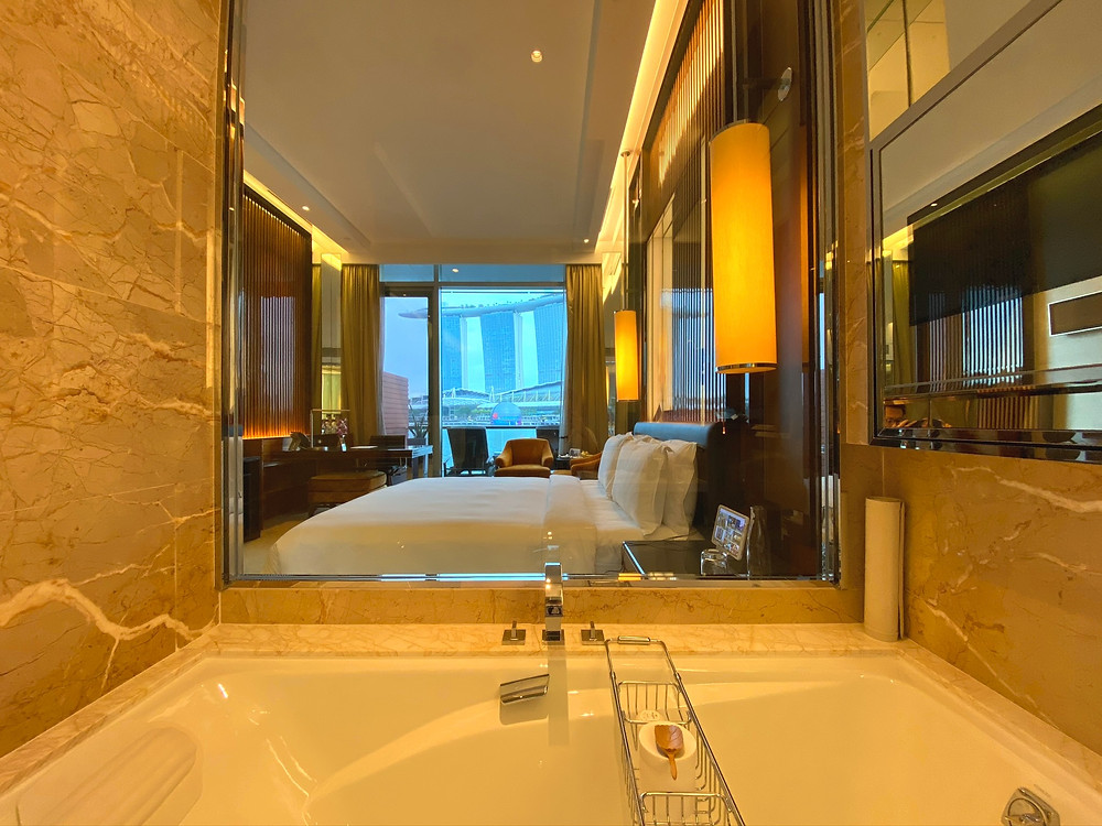 Fullerton Bay Hotel Premier Bay View Room - Late afternoon is a great time to enjoy a soak