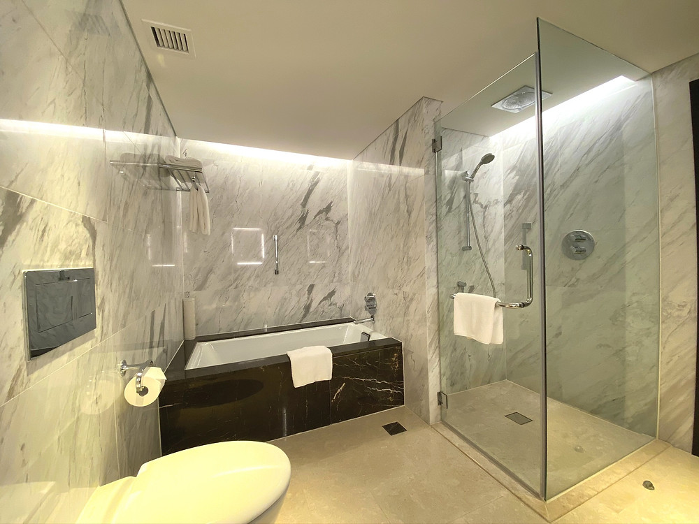 Fairmont Singapore Signature King Suite - View of the bathtub and standing shower
