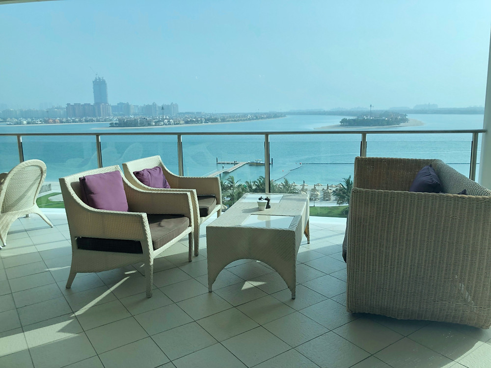 Pearl Club Lounge - Outdoor seating is available for guests who wish to have a closer view of the Palm Islands