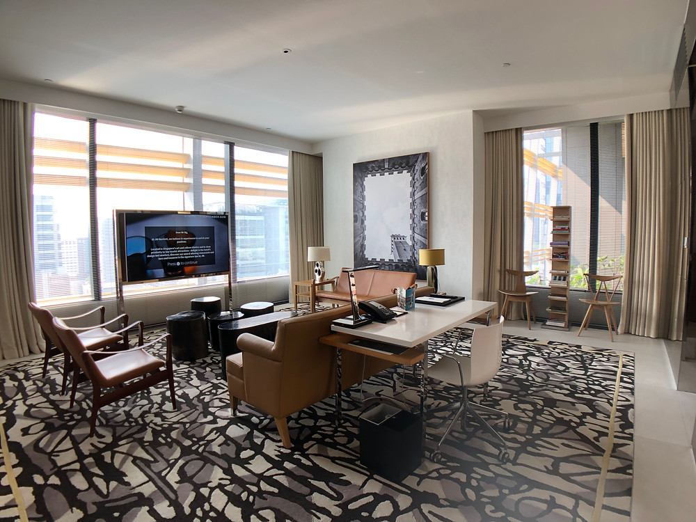 Premier Marina Bay View Suite - A view of the living room
