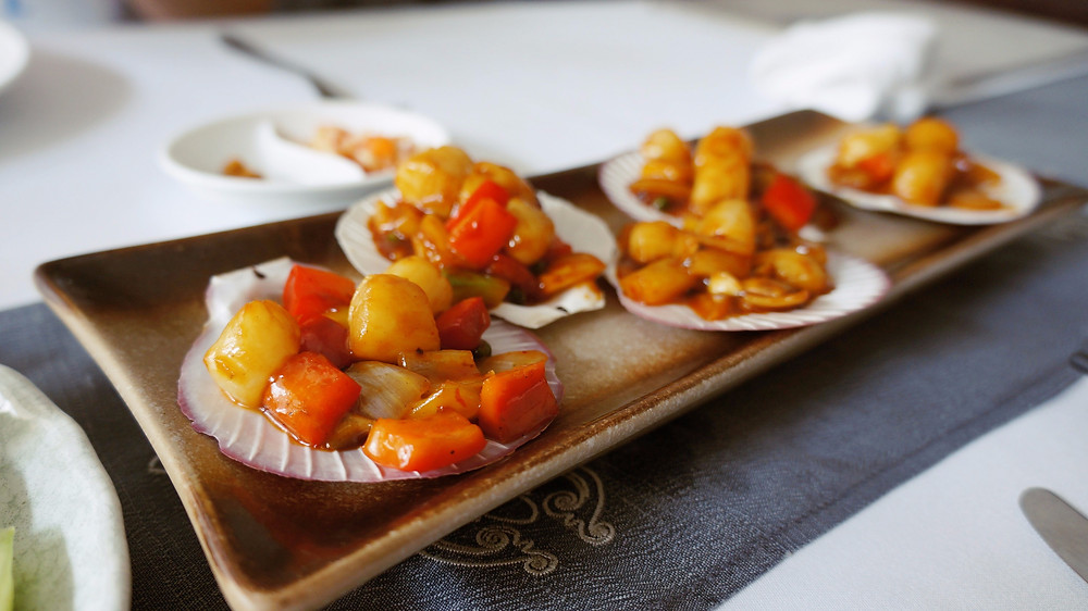 Scallops with green pepperhorns from Malis