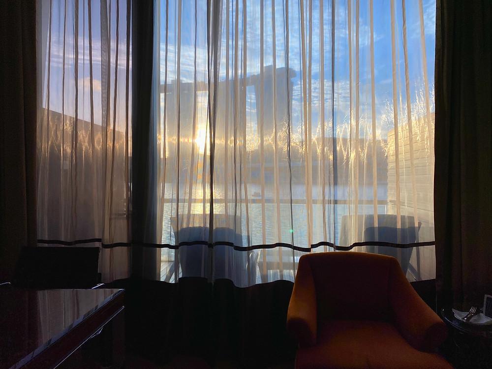 Fullerton Bay Hotel Premier Bay View Room - Sunlight peeks through the curtain