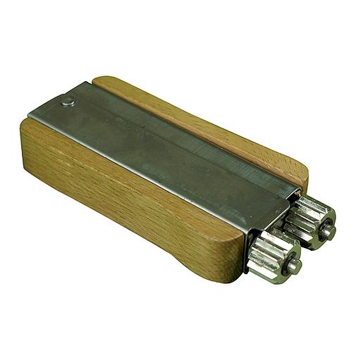 Roulette Zig-zag avec manche en bois