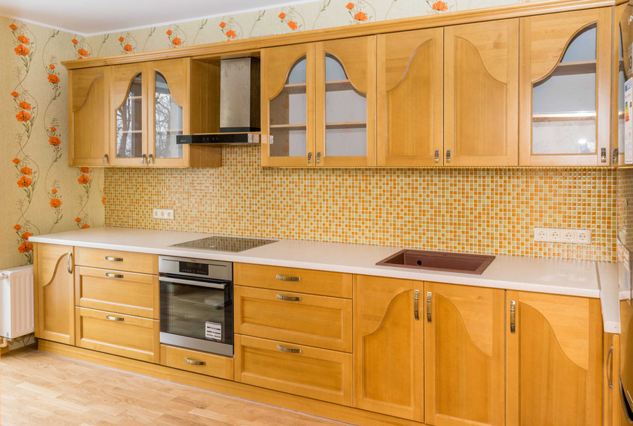 Klasiska virtuves iekārta ar priedes masīvkoka fasādi