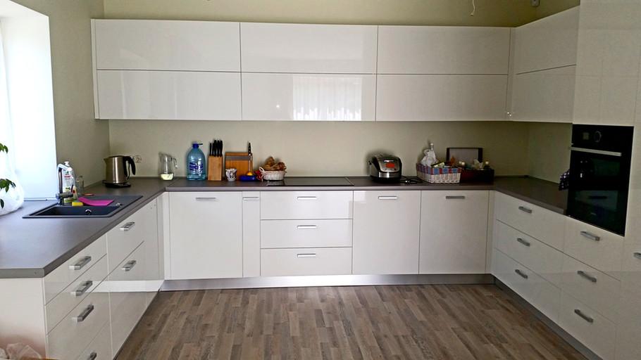 Balta akrila virtuves iekārta