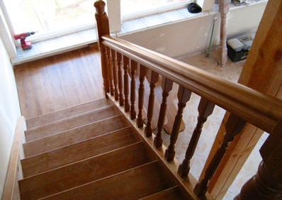 Oša kāpnes ar laukumu