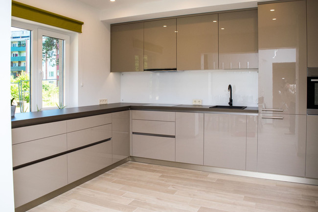 Akrila virtuves mēbeles ar istrādātu rokturi