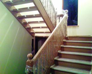 Koka kāpnes ar platformu