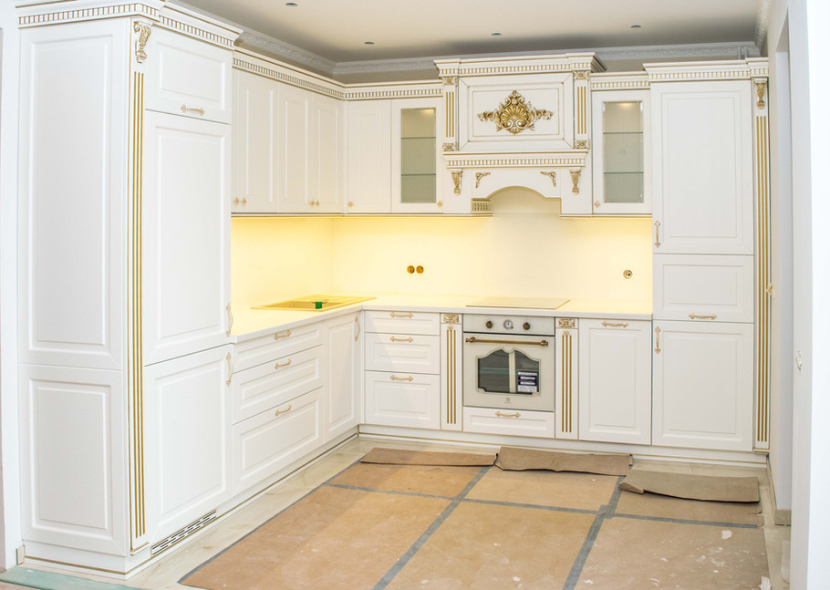 Klasiska balta virtuves iekārta.