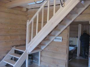 Balināta oša kāpnes