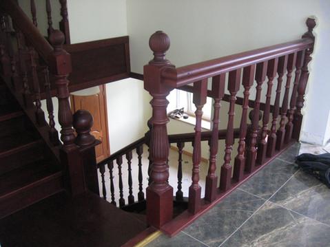 Oša kāpnes ar frēzētiem stabiem un reliņiem