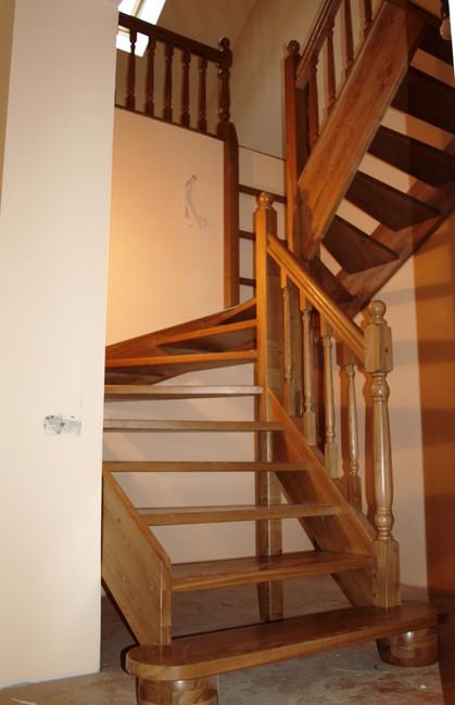 Koka kāpnes ar 180 grādu pagriezienu
