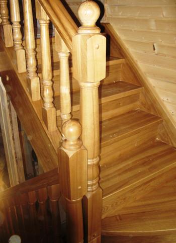 Koka kāpnes ar pagriezienu